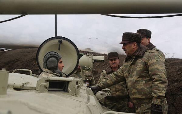 Министр обороны генерал-полковник Закир Гасанов посетил один из пунктов наблюдения за учениями. - Sputnik Азербайджан