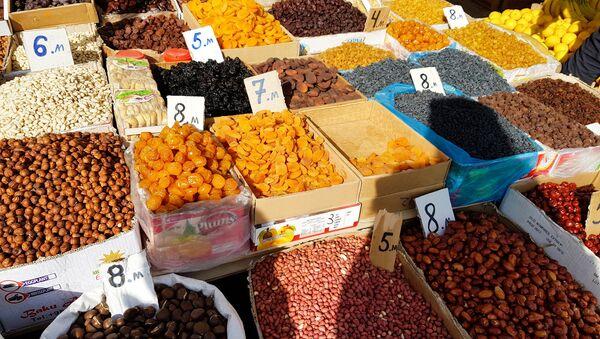 Продажа сухофруктов на сельскохозяйственной ярмарке, архивное фото - Sputnik Азербайджан
