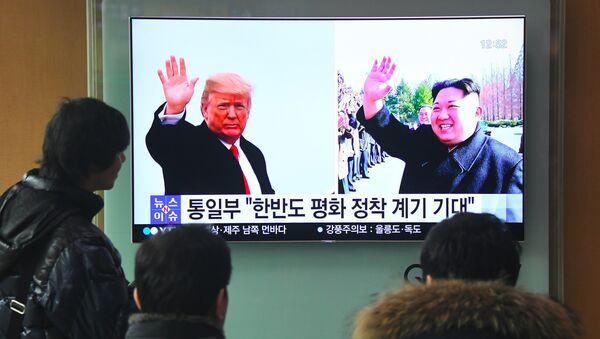 Фотографии президента США Дональда Трампа и лидера Северной Кореи Ким Чен Ына на экране телевизора, фото из архива - Sputnik Azərbaycan