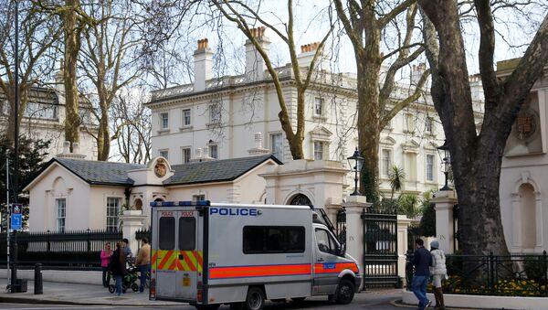 Автомобиль полиции перед зданием посольства РФ в Лондоне, 14 марта 2018 года - Sputnik Азербайджан