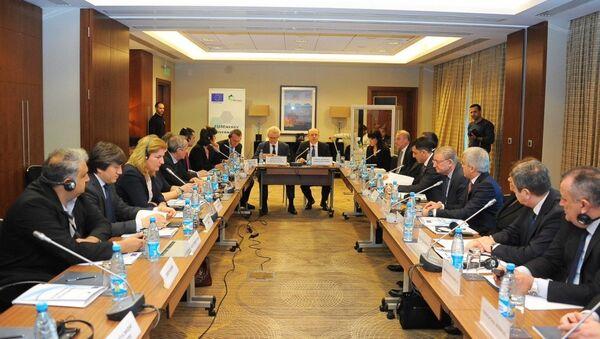 Круглый стол высокого уровня по проекту закона Об энергетической эффективности - Sputnik Азербайджан