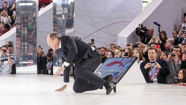Министр иностранных дел России Сергей Лавров споткнулся на ступеньке и упал во время своего выхода на сцену на форуме Россия — страна возможностей - Sputnik Азербайджан