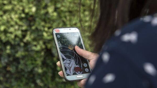 Telefonun ekranına baxan qadın, arxiv şəkli - Sputnik Azərbaycan