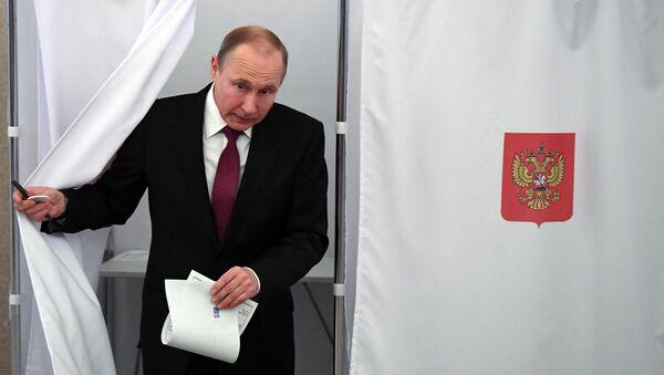Vladimir Putin seçki məntəqəsində, 18 mart 2018-ci il - Sputnik Azərbaycan
