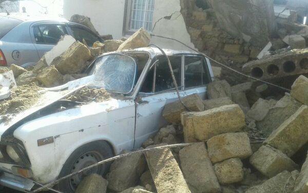 Автомобиль марки ВАЗ-2106, оставшийся под обломками обрушившегося здания - Sputnik Азербайджан