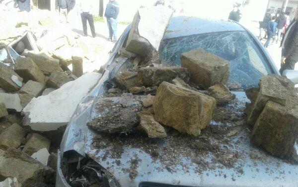 Автомобиль марки BYD, раздавленный обломками обрушившегося здания общежития - Sputnik Азербайджан