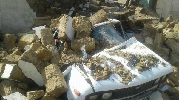 Автомобиль, оставшийся под обломками обрушившегося здания - Sputnik Азербайджан
