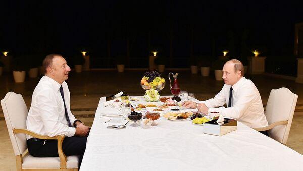 İlham Əliyev və Vladimir Putin çay süfrəsi arxasında - Sputnik Azərbaycan
