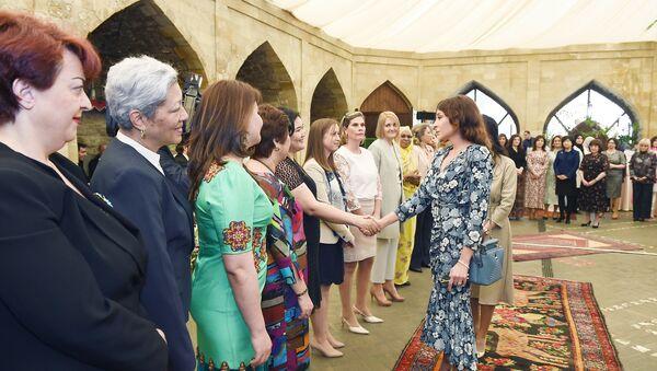 Встреча первого вице-президента Мехрибан Алиевой с супругами руководителей дипломатических миссий - Sputnik Азербайджан