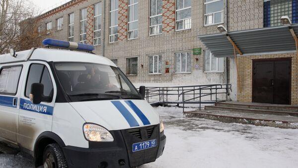 Автомобиль полиции у школы № 15 города Шадринска, в которой 13-летняя ученица открыла стрельбу из пневматического пистолета, принадлежащего её отцу - Sputnik Азербайджан