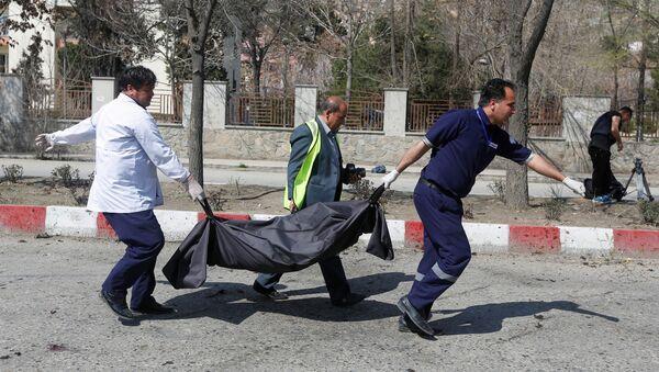 Сотрудники медицинских слуюб несут тело жертвы взрыва в Кабуле, Афганистан, 21 марта 2018 года - Sputnik Азербайджан