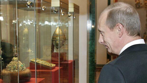 Президент РФ Владимир Путин в одном из музеев Московского Кремля, 7 марта 2006 года - Sputnik Азербайджан