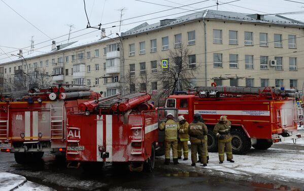 Сотрудники пожарной охраны МЧС неподалеку от здания торгового центра «Зимняя вишня» в Кемерово - Sputnik Азербайджан