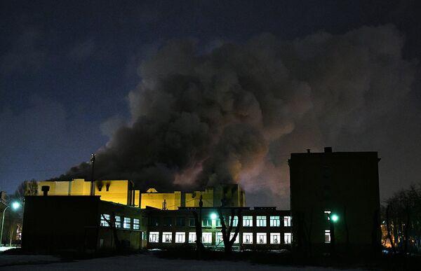 Сотрудники пожарной охраны МЧС борются с пожаром в торговом центре «Зимняя вишня» в Кемерово - Sputnik Азербайджан