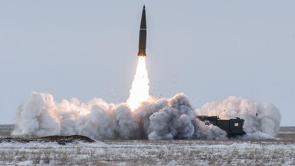 Пуск баллистической ракеты оперативно-тактического ракетного комплекса (ОТРК) Искандер-М с полигона Капустин Яр в Астраханской области - Sputnik Азербайджан