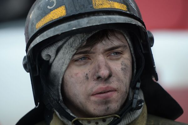 Сотрудник пожарной охраны МЧС во время тушения пожара в торговом центре «Зимняя вишня» в Кемерово - Sputnik Азербайджан