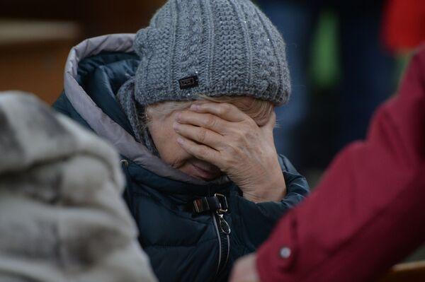 Родственница одного из пропавших без вести при пожаре в торговом центре «Зимняя вишня» в Кемерово - Sputnik Азербайджан