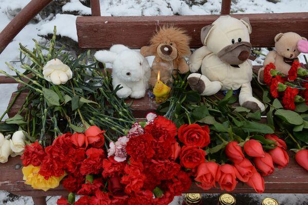 Цветы, свечи и мягкие игрушки возле здания торгового центра «Зимняя вишня» в Кемерово, где произошел пожар - Sputnik Азербайджан