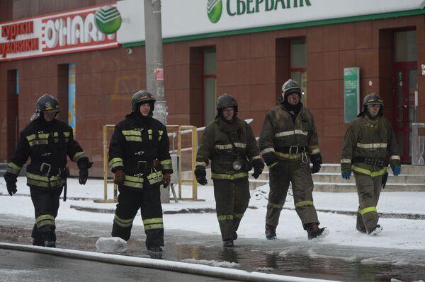 Сотрудник пожарной охраны МЧС во время тушения пожара в торговом центре «Зимняя вишня» в Кемерово. - Sputnik Азербайджан