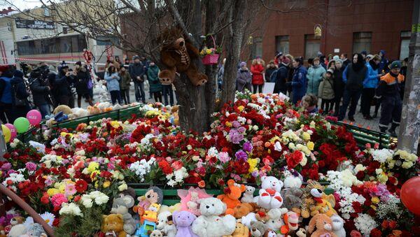 Цветы и мягкие игрушки возле здания торгового центра «Зимняя вишня» в Кемерово, где произошел пожар - Sputnik Азербайджан