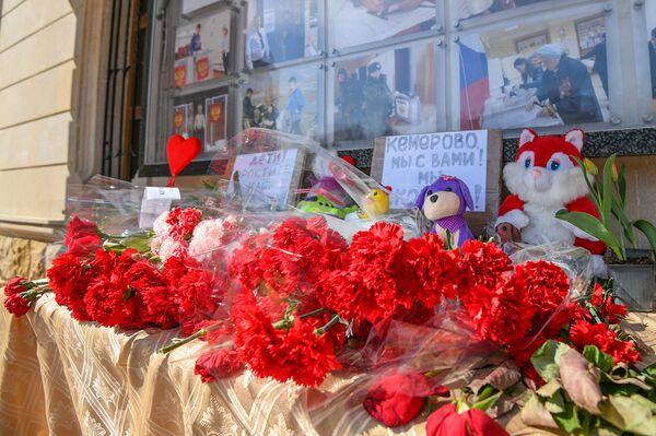 Цветы у стен посольства РФ в Азербайджане в память по погибшим в Кемерово - Sputnik Азербайджан
