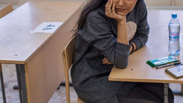 Школьница в классной комнате, фото из архива - Sputnik Азербайджан