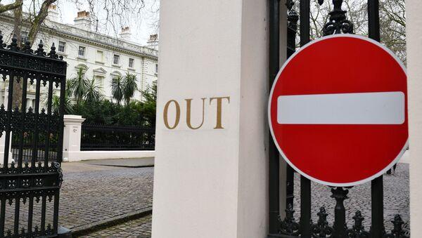 Знак Нет входа перед российским посольством в Лондоне - Sputnik Азербайджан