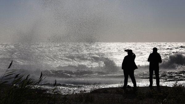 Горожане фотографируют на побережье Каспийского моря - Sputnik Азербайджан
