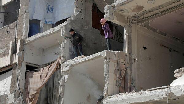 Сирийские дети в разрушенном здании в Думе - Sputnik Azərbaycan