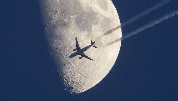 Самолет пролетает на фоне луны над Франкфуртом, Германия - Sputnik Азербайджан