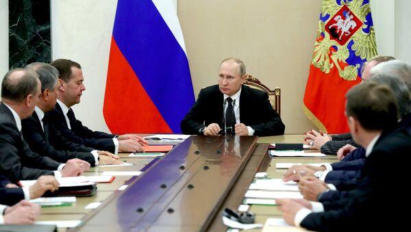 Президент РФ Владимир Путин и председатель правительства РФ Дмитрий Медведев на совещании с постоянными членами Совета безопасности РФ - Sputnik Азербайджан
