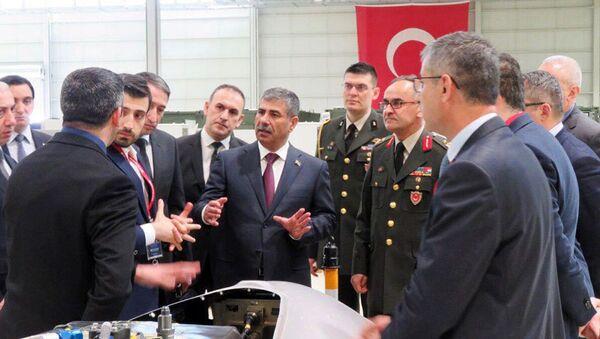 Министр обороны Азербайджана посетил турецкую компанию «Baykar Makina», производящую БПЛА - Sputnik Азербайджан