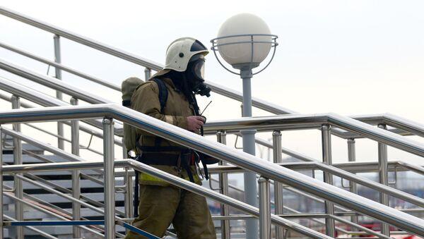 Сотрудник подразделений МЧС России во время пожарно-тактических учений в здании спортивного комплекса Арена Ерофей - Sputnik Азербайджан