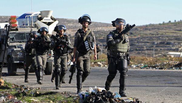 Сотрудники правоохранительных органов Израиля во время столкновений на границе Палестины и Израиля около Рамаллы - Sputnik Азербайджан
