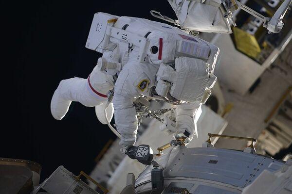 Выход в открытый космос астронавтов НАСА Ричарда Арнольда и Эндрю Фьюстела - Sputnik Азербайджан