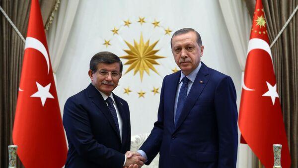 Türkiyə prezidenti Rəcəb Tayyib Ərdoğan və baş nazir Əhməd Davudoğlu - Sputnik Azərbaycan
