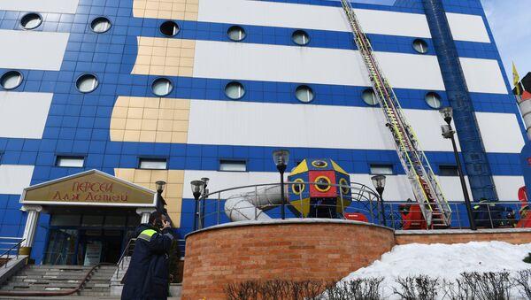 Сотрудник противопожарной службы МЧС РФ на тушении пожара в детском торговом центре Персей в Москве - Sputnik Азербайджан