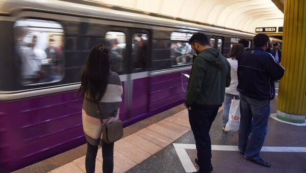 Пассажиры на одной из станций Бакинского метрополитена, фото из архива - Sputnik Азербайджан