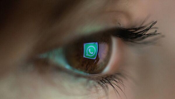 Отражение эмблемы мссенджера WhatsApp в зрачке, фото из архива - Sputnik Азербайджан