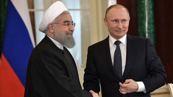 Президент РФ Владимир Путин и президент Исламской Республики Иран Хасан Рухани (слева) после заявления для прессы по итогам российско-иранских переговоров - Sputnik Азербайджан
