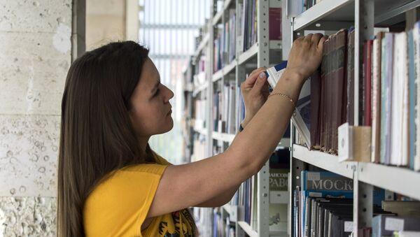 Студентка в читальном зале университета, фото из архива - Sputnik Азербайджан