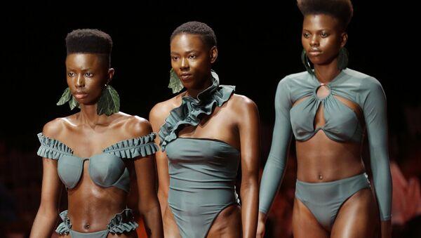 Модели на показе Недели моды в Лагосе, Нигерия - Sputnik Азербайджан