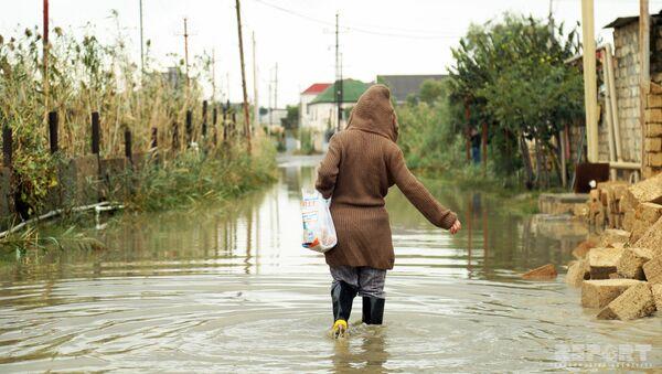 Затопленная улица в Бинагадинском районе Баку, фото из архива - Sputnik Азербайджан
