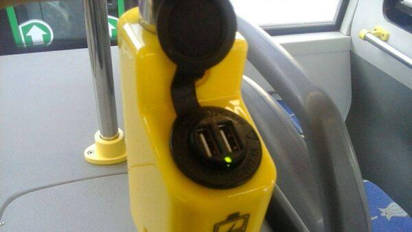 USB-разъем для зарядки мобильных устройств в салоне маршрутного автобуса №18 - Sputnik Азербайджан