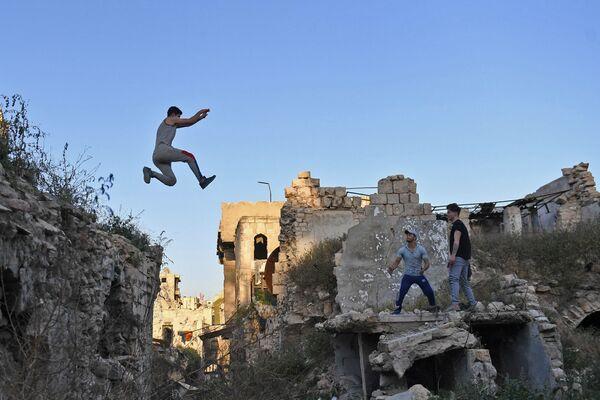 Syrian Teenagers Practice Parkour in Aleppo - Sputnik Азербайджан