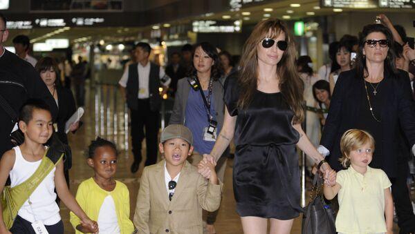 Американская актриса Анджелина Джоли со своими детьми, 26 июля 2010 года - Sputnik Азербайджан