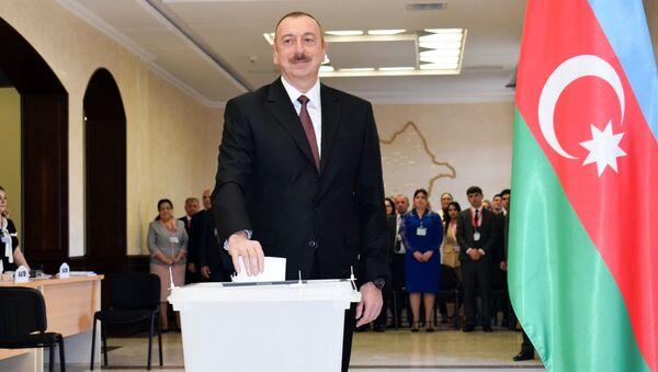 Prezident İlham Əliyev seçki məntəqəsində səs verir - Sputnik Azərbaycan