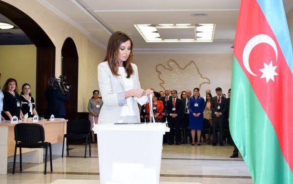 Первая леди Азербайджана Мехрибан Алиева голосует в шестом избирательном участке Сабаильского избирательного округа номер 29 - Sputnik Азербайджан