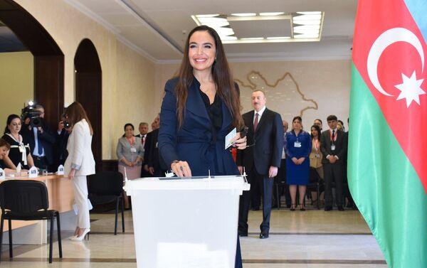Вице-президент Фонда Гейдара Алиева Лейла Алиева в ходе голосования на президентских выборах - Sputnik Азербайджан