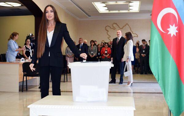 Арзу Алиева в ходе голосования на президентских выборах в Баку - Sputnik Азербайджан